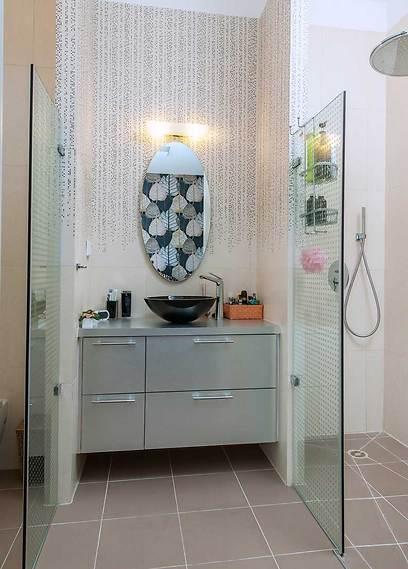 בסוויטת ההורים האמבטיה זכתה בעיצוב של אריחים נוזלים (צילום: אסף הבר) (צילום: אסף הבר)