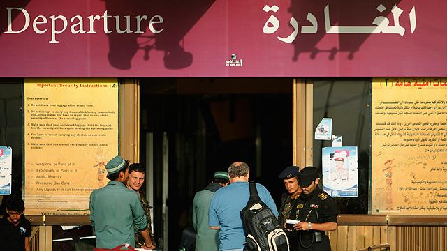 כוננות גבוהה. בדיקות ביטחוניות בנמל התעופה בצנעא, בירת תימן (צילום: רויטרס) (צילום: רויטרס)