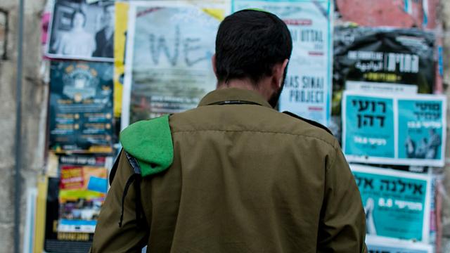 """""""תחושה קשה"""". החייל שהותקף יוצא מתחנת המשטרה (צילום: אוהד צויגנברג)"""
