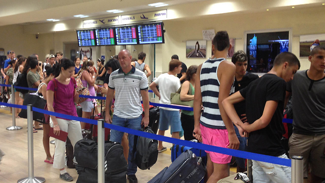Passengers in Eilat airport (Photo: Meir Ohayon)