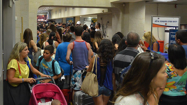 Passengers stuck at Eilat airport (Photo: Meir Ohayon)
