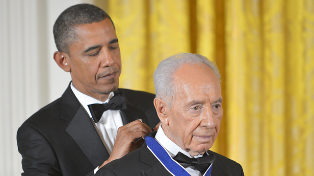 Peres receives the Presidential Medal of Freedom from Obama IN 2012 (Photo: AFP) (Photo:AFP)