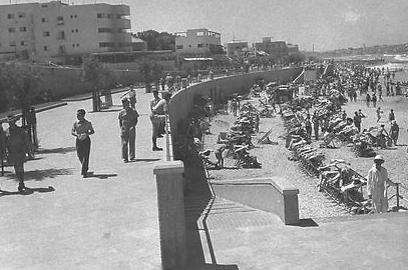 """טיילת תל אביב, 1942 (צילום: זולטן קלוגר , לע""""מ) (צילום: זולטן קלוגר , לע"""