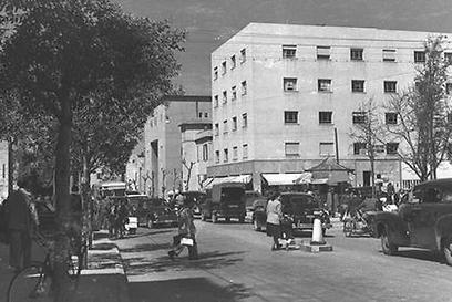 """רחוב אלנבי בואכה שדרות רוטשילד, 1947 (צילום: כהן פריץ, לע""""מ) (צילום: כהן פריץ, לע"""