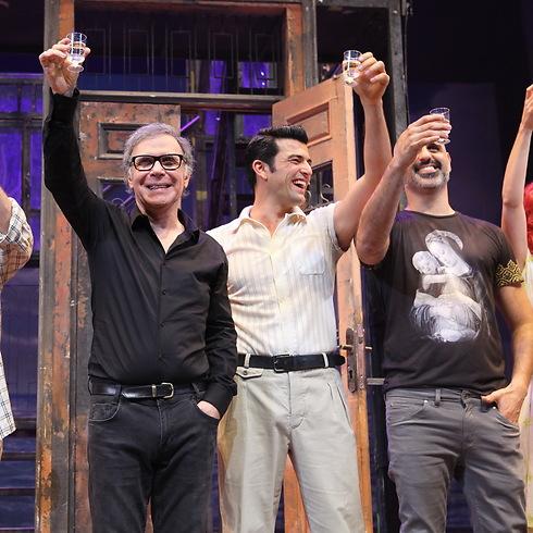"""מרימים לחיים על הבמה. צוות """"קזבלן"""" (צילום: איציק בירן)"""