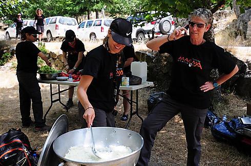 מבשלות בשטח (צילום: איה בן עזרי) (צילום: איה בן עזרי)