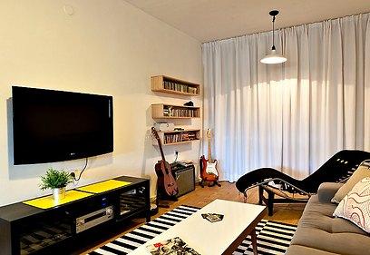 וילון בצבע שמנת מכסה את התריסים הישנים ומעניק לדירה מראה רענן (צילום: אלכסנדרו סורל) (צילום: אלכסנדרו סורל)