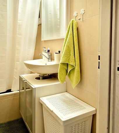 בחדר האמבטיה הוחלפו האביזרים הישנים והותקן ארון מתחת לכיור (צילום: אלכסנדרו סורל) (צילום: אלכסנדרו סורל)
