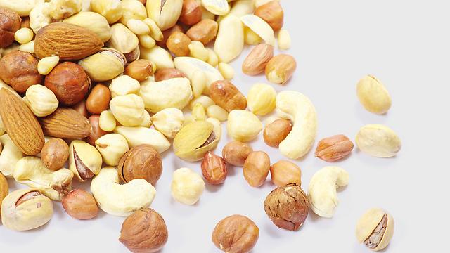 אגוזים: שלבו בתפריט מידי יום חלבון מהצומח להתמודדות עם השמנה (צילום: shutterstock) (צילום: shutterstock)