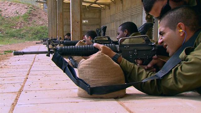 """אמיר אבו ריא במהלך אימון ירי ב""""בני דודים לנשק"""" ()"""