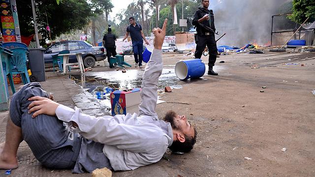פצוע בפינוי (צילום: AFP) (צילום: AFP)