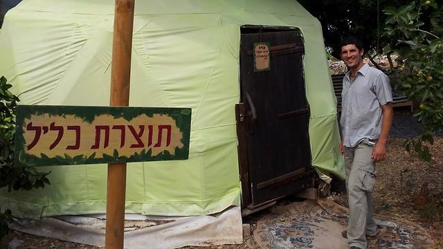 """כ""""א הקים לעצמו יח' דיור ומשק אוטרקי. יותם דהאן, יליד המקום (צילום: זיו ריינשטיין) (צילום: זיו ריינשטיין)"""