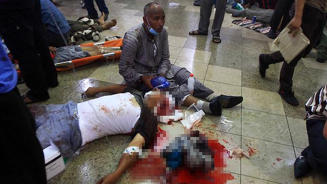 פצועים בבית חולים מאולתר לאחר פינוי ראבעה אל עדאוויה (צילום: AP) (צילום: AP)