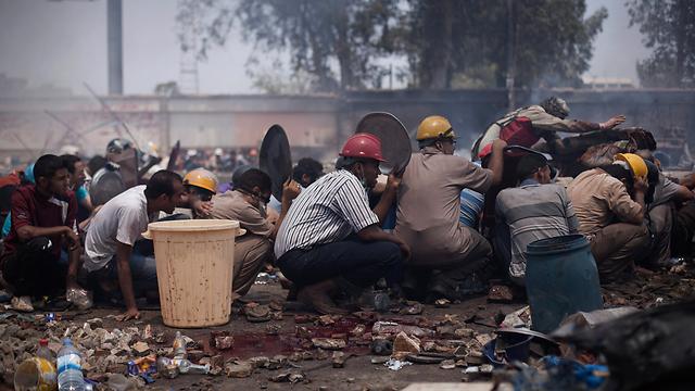 מפגינים ליד ראבעה אל עדאוויה (צילום: AP) (צילום: AP)