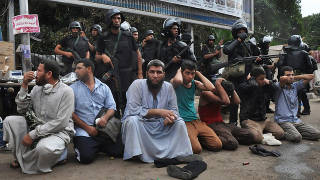 מעצר של אנשי האחים המוסלמים שפונו (צילום: AP) (צילום: AP)