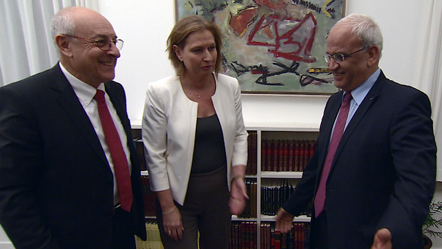 Molcho, left, with then-Israeli peace negotiator Tzipi Livni and Palestinian negotiator Saeb Erekat ((Photo: GPO))