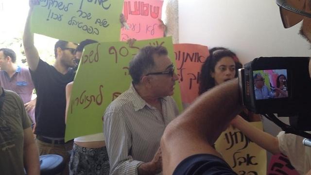 משה איבגי בהפגנת שחקנים: קרא לראש העירייה להתערב (צילום: מרב יודילוביץ') (צילום: מרב יודילוביץ')