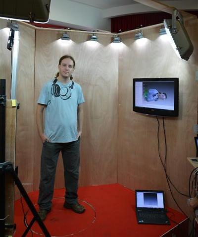 סורקים עם מצלמת קינקט ועוד מכשיר קצת יותר מקצועי (צילום: שחר שושן)