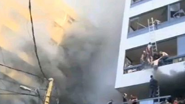 תושבים רבים נלכדו בבניינים שעלו באש ()
