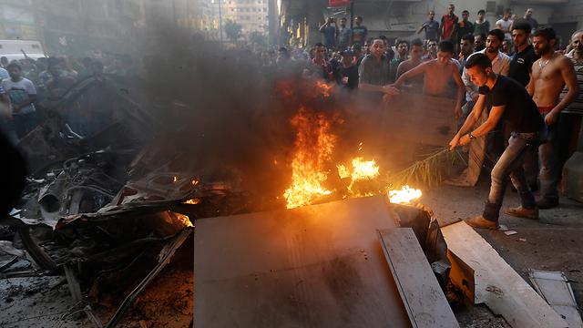 """פיצוץ במעוז חיזבאללה בביירות, אוגוסט 2013. """"לא מסרבים למממניך"""" (צילום: AP) (צילום: AP)"""