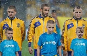 וכך נראו שחקני נבחרת אוקראינה במהלך הגשם