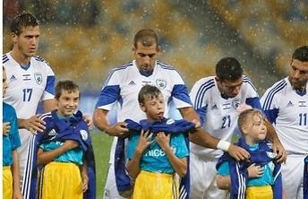 זה מה ששחקני נבחרת ישראל עשו במהלך הגשם