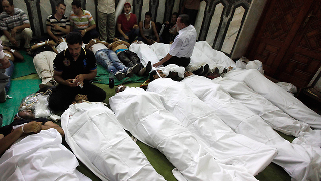 גופות שהונחו במסגד ליד כיכר רעמסס (צילום: רויטרס) (צילום: רויטרס)