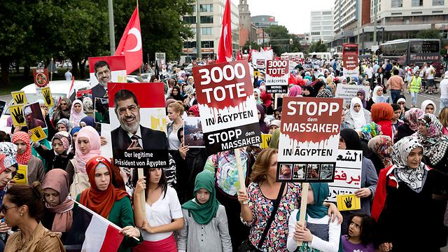 תומכי מורסי מפגינים בגרמניה (צילום: EPA) (צילום: EPA)