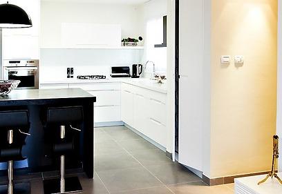 מכשירי החשמל הקטנים של המטבח נבחרו בשחור (צילום: איה אפרים) (צילום: איה אפרים)
