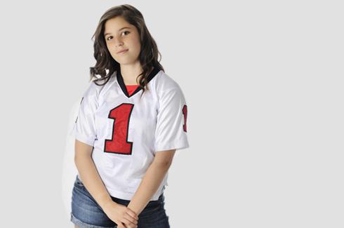 חולצת נבחרת בשילוב סניקרס, למראה ספורטיבי (צילום: shutterstock)