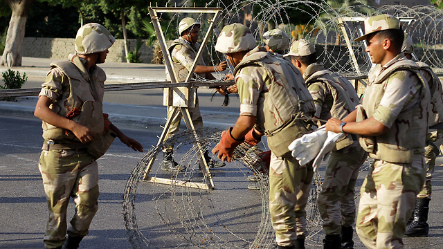 Soldiers take down barrier (Photo: EPA)