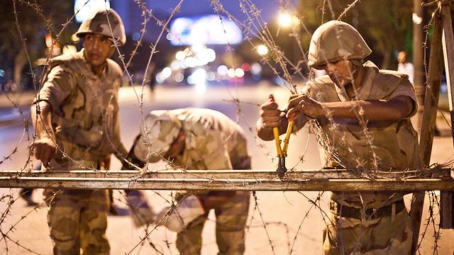 שוטרים מפרקים מחסום בקהיר (צילום: AFP) (צילום: AFP)