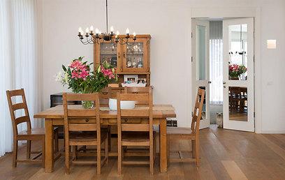 השולחן והארון הגיעו עוד מהבית הקודם. פינת האוכל (צילום: אביב קורט) (צילום: אביב קורט)