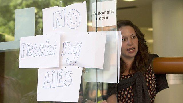 """מחאה נגד """"פראקינג"""" בבריטניה (צילום: רויטרס) (צילום: רויטרס)"""