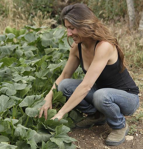 רק היא מטפלת בגינה שלה. מגי רוזנברג (צילום: נועם הוד) (צילום: נועם הוד)