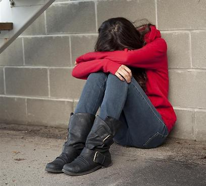 כשהנאשם ניסה להפשיטה הילדה הזיזה את ידו, דחפה אותו וברחה מהחדר ( צילום: shutterstock )
