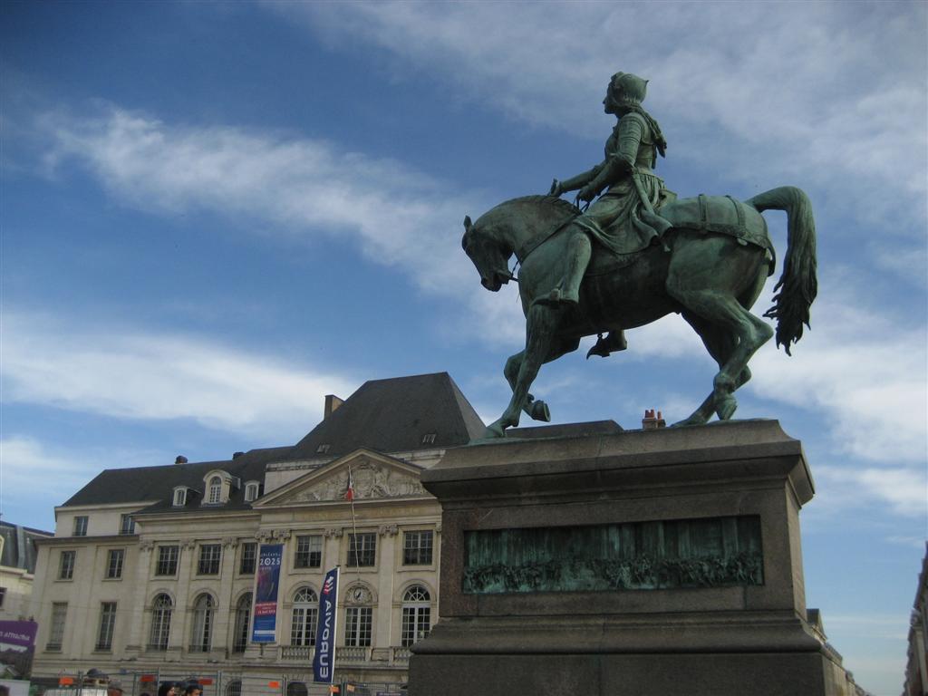ז'אן, הרוכבת זקופת קומה על סוסה, ניבטת כמעט מכל פינה (צילום: מאיה וינברג) (צילום: מאיה וינברג)