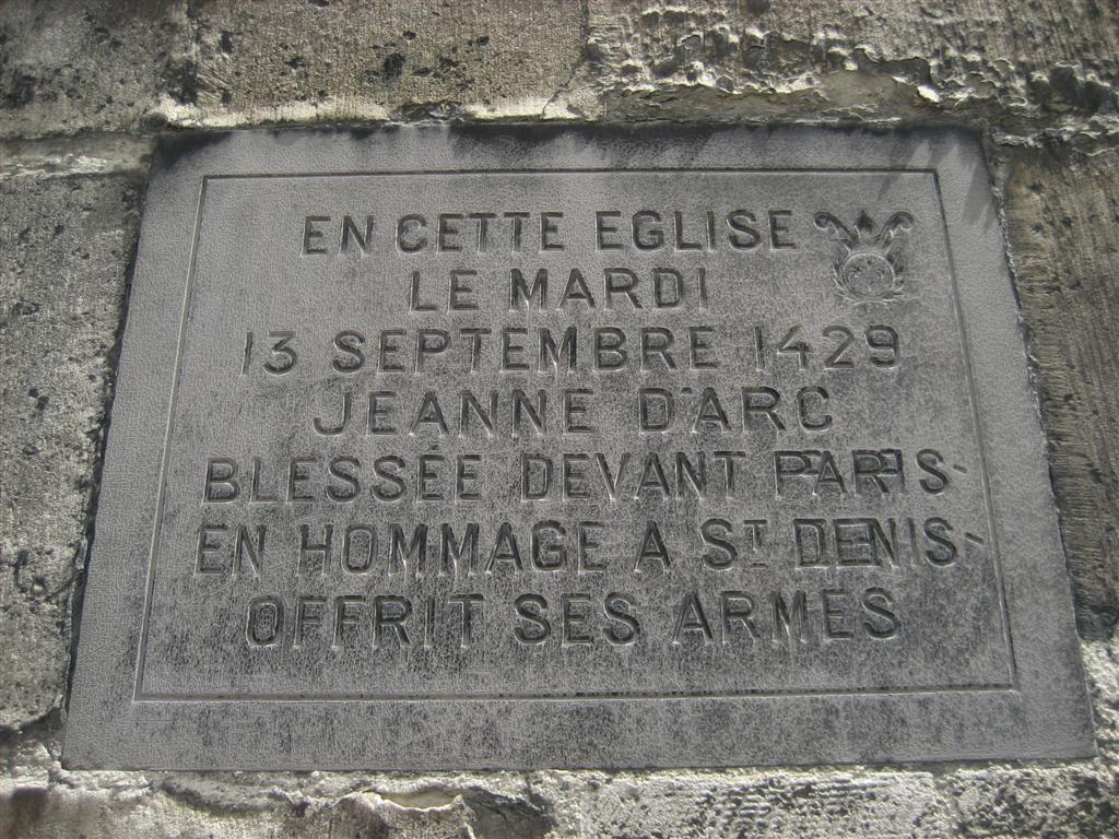 עוד תזכורת לז'אן דארק, הפעם על קיר כנסייה (צילום: מאיה וינברג) (צילום: מאיה וינברג)