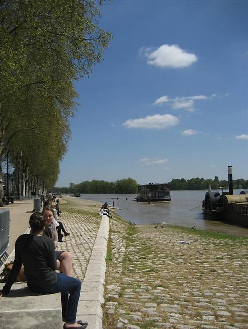 בסופי שבוע, יורדים התושבים לשבת על גדת הנהר ולבלות (צילום: מאיה וינברג) (צילום: מאיה וינברג)