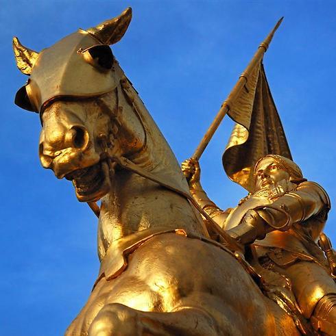 כל הציורים והפסלים מבוססים על דמיון. פסל ז'אן דארק בפריז (צילום: shutterstock) (צילום: shutterstock)