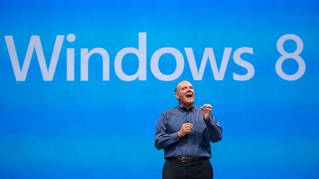 """מנכ""""ל מיקרוסופט סטיב באלמר מצג את חלונות 8 ב-2012 (צילום: AP) (צילום: AP)"""