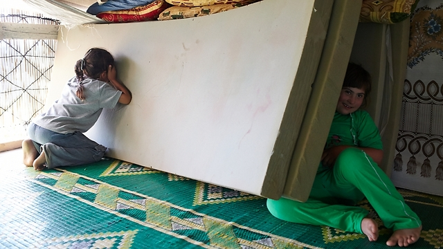 """לעיתים השתיים מתפנות למשחק מחבואים (צילום: ס. בולדווין, סוכנות האו""""ם לפליטים) (צילום: ס. בולדווין, סוכנות האו"""