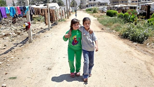 """איה חוזרת הביתה בדרך המאובקת בדאלמייה עם אחותה לביבה. השתיים הן החברות הכי טובות (צילום: ס. בולדווין, סוכנות האו""""ם לפליטים) (צילום: ס. בולדווין, סוכנות האו"""