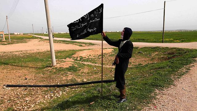 דגל ארגון המורדים ג'בהת א-נוסרה מונף ברקה (צילום: רויטרס) (צילום: רויטרס)