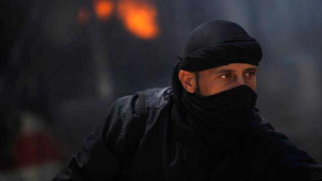 איש הארגון הקיצוני בעיר רקה (צילום: רויטרס) (צילום: רויטרס)