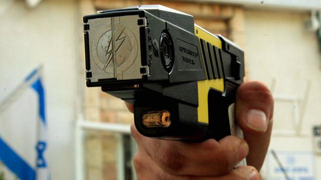 המכשיר יעיל, הבעיה אצל השוטרים. אקדח טייזר (צילום: ערן יופי כהן) (צילום: ערן יופי כהן)