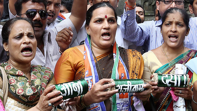 פעילות במומבאי מפגינות, בידיהן צמידים מסורתיים (צילום: EPA) (צילום: EPA)