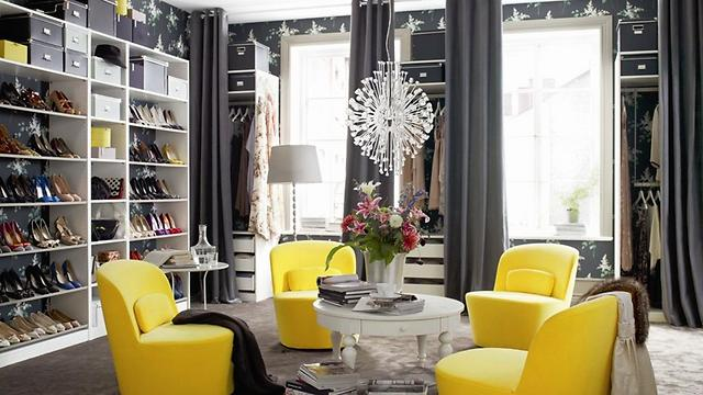 לגור בלי ילדים. חדר של חובבת אופנה עם פתרונות אחסון גם מאחורי הווילונות (צילום: איקאה)