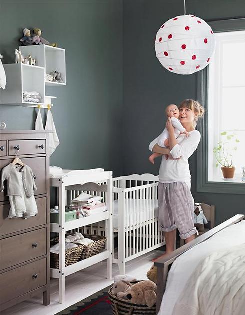 לחיות עם תינוקות. חדר שינה הורי שכולל פינה לתינוק (צילום: איקאה)