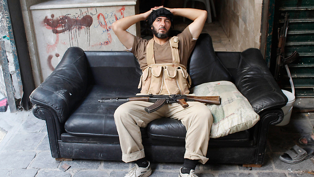 """זכו לתמיכה בינלאומית, אבל זה לא הביא להם ציוד וכלי נשק טובים יותר. מורד מ""""צבא סוריה החופשי"""" (צילום: רויטרס) (צילום: רויטרס)"""